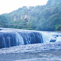 """*吹割の滝/天然記念物および名勝に指定されている""""東洋のナイアガラ""""。独特の渓谷美に魅了されます。"""
