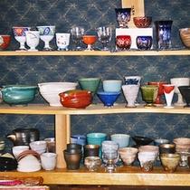 *お食事処/こだわりある器やおちょこが食卓を彩ります。料理やお酒を更に美味しく。