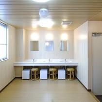 *[大浴場/脱衣所]白を貴重とした清潔感のある空間