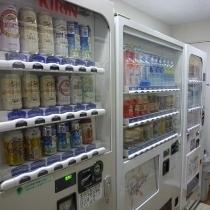 【自動販売機コーナー】アルコール、ジュース類の自動販売機でございます。