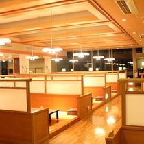 オープンキッチンレストラン「旬の坊」はゆったり掘りごたつ式で、仕切りが高くプライベートを守ります