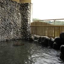 【大浴場(3つの露天)】露天岩風呂。岩にかこまれたお風呂と自然の山々が展望でき、野趣あふれています。
