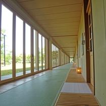 [客室前廊下]明るく開放感のある廊下です