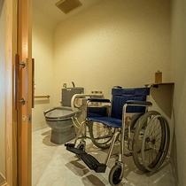 バリアフリーで車椅子での利用可能なウォシュレットつきトイレ