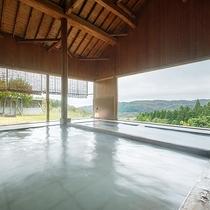 大浴場/東北でも貴重な泉質を誇る天然温泉。たて格子から入る光とともに癒しのひと時を。