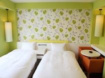 デラックスツインルーム♪ゆったりしたスペースのお部屋でごゆっくりとおくつろぎください。