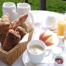 【朝食】仏輸入の焼立てクロワッサン&デニッシュ&カフェ