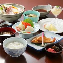 *ディナー/和食膳。天ぷらなどの野菜は地元産の新鮮野菜を使用しています。