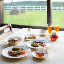 *レストラン/高原の美しい風景を眺めながらお食事をお楽しみいただけます。