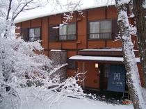 しっぽ屋の外観(冬)