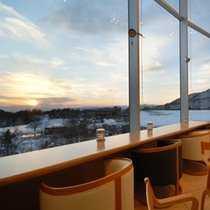 【ラウンジ「ヒルサイドテラス」】夕陽が眺められる場所。サンセットバーとしてドリンクを提供(有料)