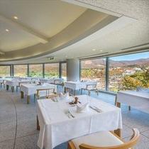 【山景レストラン】ホテルを象徴する、アーチ状の窓が特徴の上質な空間。紅葉の絶景が広がる