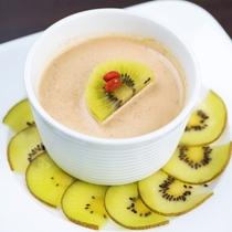 【デザート一例】自家製の杏仁豆腐を季節の果物とともに