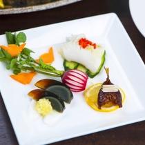 【前菜一例】季節の食材を見た目も華やかな料理に。