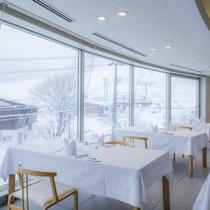 純白のゲレンデを眺めながら、料理長が丁寧に仕上げた料理を召し上がれ