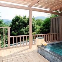 """露天風呂付客室""""高圓""""。遥か箱根外輪山を臨む開放的なデッキに湯音が心地よく響きます。"""