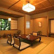 数寄屋造りの客室からは豊かな自然が望め、四季の移ろいを感じさせてくれる(和室10畳バストイレ付)