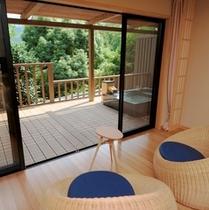 """露天風呂付客室""""高圓""""。心が解放される、静寂な心地よい空間です。"""