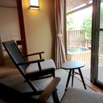 """露天風呂付客室""""京""""。飛騨高山の名工による家具に身をゆだねて・・"""