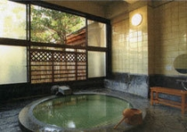 レトロな石造の内風呂(2種類)、つるつるすべすべの源泉。無料貸切。