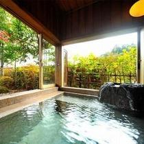 【客室Dタイプ一例「鼓」】 開放感たっぷりの広々とした客室風呂で、解放感をお楽しみください。