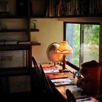【図書室】 普段とはまた異なった環境での読書は、いつもと何か違う味わい深いものかもしれません。