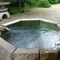 【客室E1タイプ「茜」】 プライベートガーデンに面した露天風呂が人気の秘密!