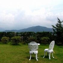 【景色】 客室「扇」テラスから眺め。広いお庭から蔵王連峰の景色一望できます。
