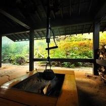 【エントランス】 門をくぐると、囲炉裏で燃える薪の香りが出迎えてくれ、どこか懐かしい感じがします。