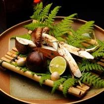 【ご夕食一例】 秋の味覚の王様である松茸は、焜炉で炙る際の香りがたまりません。