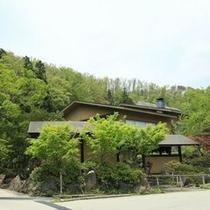 【外観】 新緑の季節には、緑にあふれる名月荘。