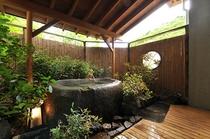 「桜」 露天風呂(2tの御影石)