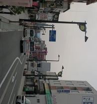 駅前通り ホテルへは駅を背にして一本左の通りです。