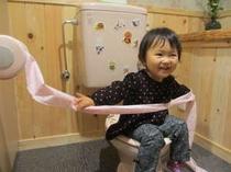 新設されたちびっこトイレです。サイズが分かりにくいのでひなたを座らせました。