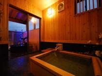 桧の寝湯と陶器の露天風呂が楽しめる貸切風呂