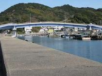 しまっこ橋 人工島へ渡る橋です。 人工島には海水浴場があり魚釣りもできます