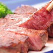 絶妙な焼き具合の和牛ステーキ