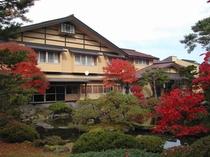 外観・紅葉の庭園
