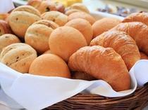朝食は焼きたてのパン