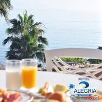 【晴れた日の青い海を眺めながらの朝食は最高】