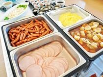 【朝食バイキング一例】ハム・ウィンナー・肉じゃが・卵料理等