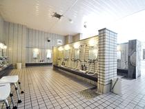 【大浴場】広い洗い場でゆったりご利用いただけます。