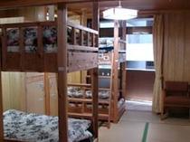 スプリングマットレスベッドと鍵付きロッカー全室設置