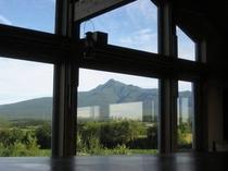 居間大窓から斜里岳を望む