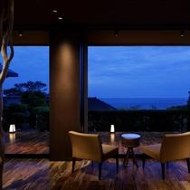 【エントランスからの眺め】空と海の青、木々の緑と、色彩豊かな日本海の景色を一望頂けます