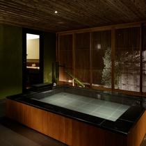 【特別室 奏水(かなみ)の間 玉響】波の音と温泉の流水が奏でる音色を楽しめます