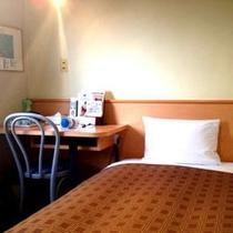 【シングルルーム】シンプルで寛ぎやすいお部屋です。