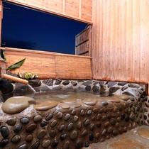 【岩風呂】天気の良い日は星空も!普段のお風呂とは違った気分をお楽しみいただけますよ。