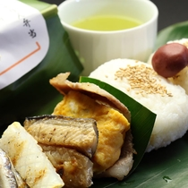 地元の食材を使った【しゃりんおにぎり弁当】は、前日夕方までご予約承ります。