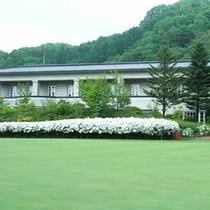*外観/ゴルフコースから眺めた客室部分。眺望は客室により異なります。